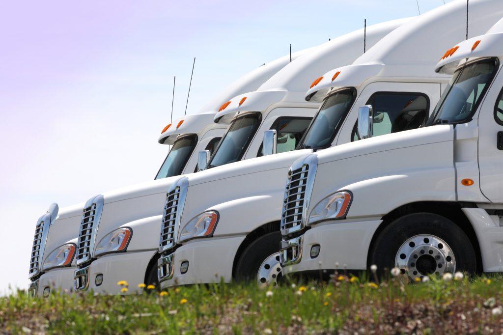 Quatres camions semi-remorques en rangée
